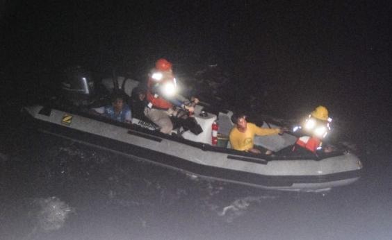 Pescadores nadam por quase 15 horas para sobreviver após naufrágio