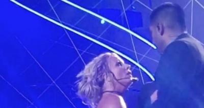 Homem invade palco durante show de Britney Spears e apavora: