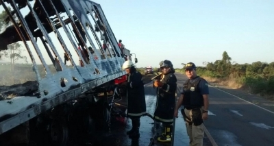 Carreta pega fogo na BR-101 e fica destruída