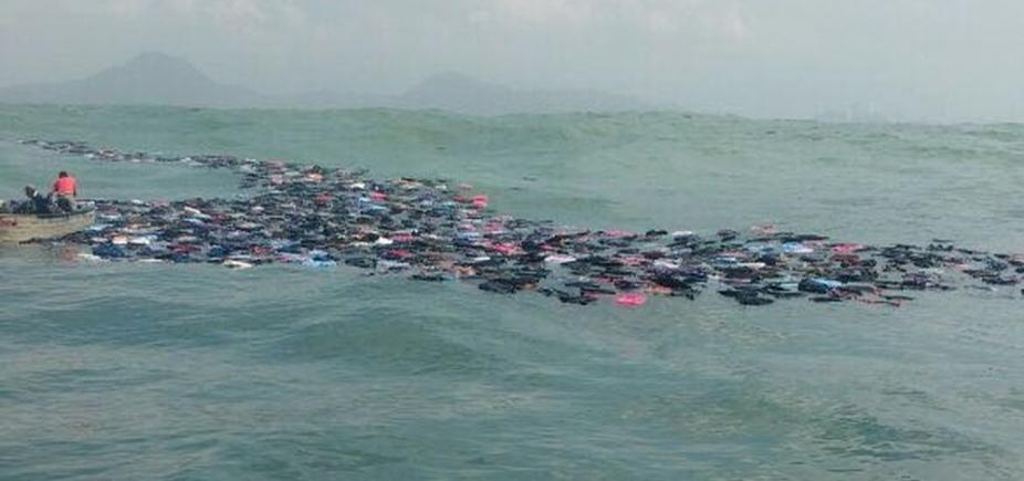 [Contêineres se rompem e produtos eletrônicos e de vestuário se espalham no mar]