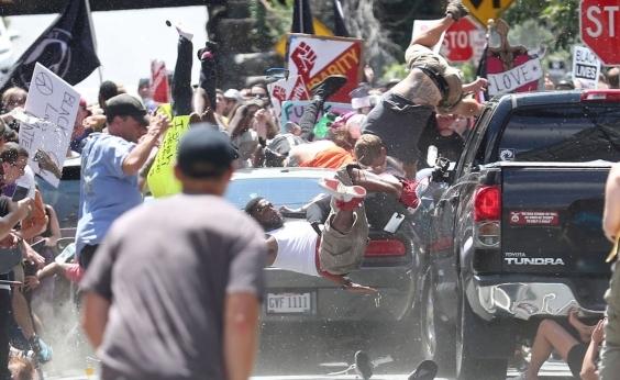 Motorista avança contra multidão durante protesto extremista nos Estados Unidos; veja vídeo