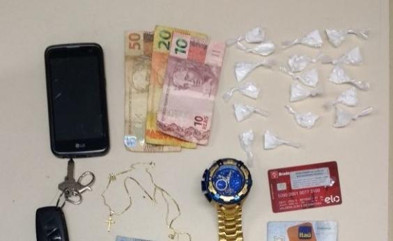 Homem é preso acusado de fazer delivery de drogas usando carro do pai