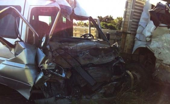 Caminhão tenta desviar de buraco, bate em van e fere cinco pessoas na BR-330