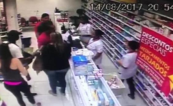 Vídeo mostra suspeitos armados saqueando funcionários e clientes da Drogasil; assista