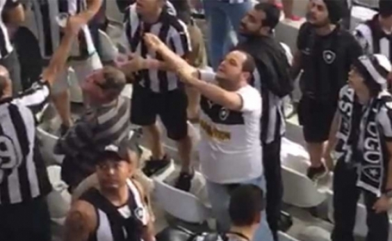 Torcedor do Botafogo é detido por injúrias raciais a familiares de jogador do Flamengo