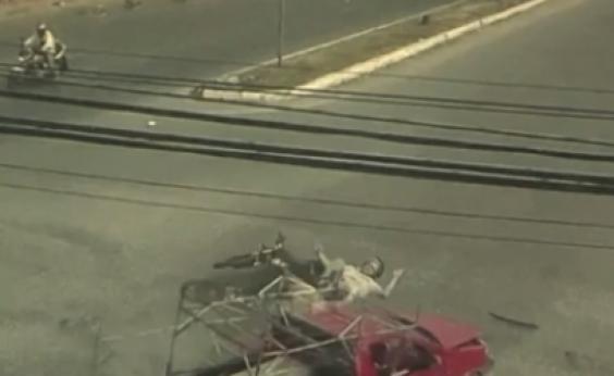 Homem é arremessado de moto em acidente, mas sobrevive em Feira de Santana