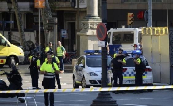 Van atropela pedestres, deixa mortos e dezenas de feridos em Barcelona