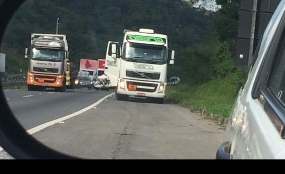 Engavetamento entre carro e dois caminhões congestiona o trânsito na BR-324