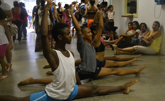 Escola doa 55 bolsas de ballet a crianças de Salvador, Feira e Cruz