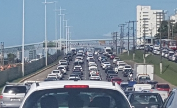 Obras do metrô causam congestionamento na Paralela sentido Lauro de Freitas