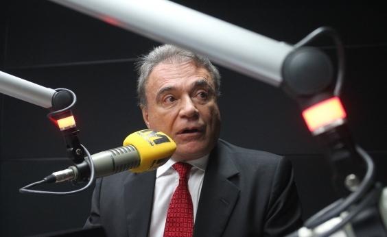 """Senador condena figura do """"salvador da pátria"""" e se diz contra Reforma Política"""