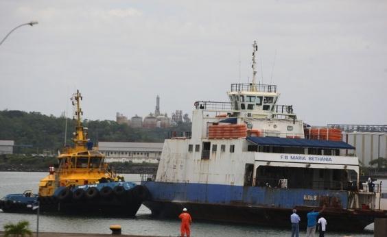 Mulher pula de ferryboat durante travessia entre Salvador e Itaparica