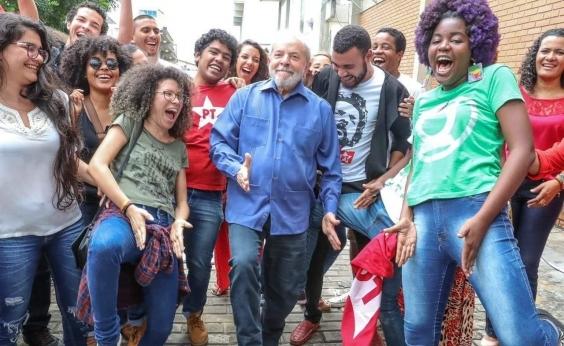Lula adere à moda e faz sarrada no ar com jovens na Bahia