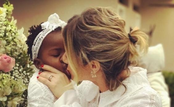 Beijo na boca de Giovanna Ewbank em Titi divide opiniões na web: Desnecessário