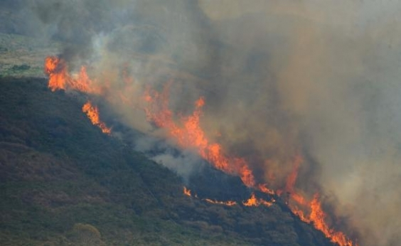 Incêndio atinge área próxima ao aeroporto de Barreiras e fumaça faz avião realizar pouso de segurança