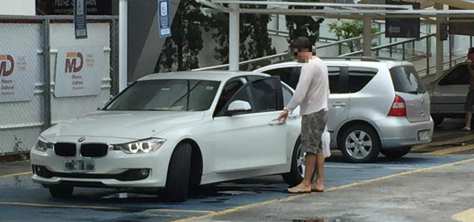 [Motorista é flagrado estacionando em vaga para cadeirante]
