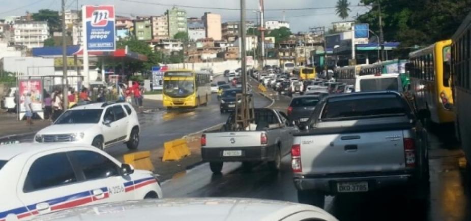 [Trânsito continua congestionado após acidente no Comércio]