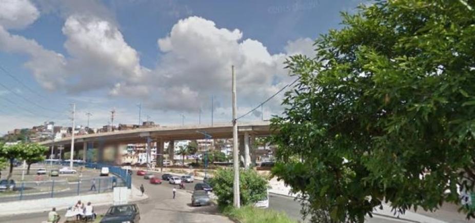 [Carro pega fogo na Rotula do Abacaxi e causa congestionamento no trânsito da região]
