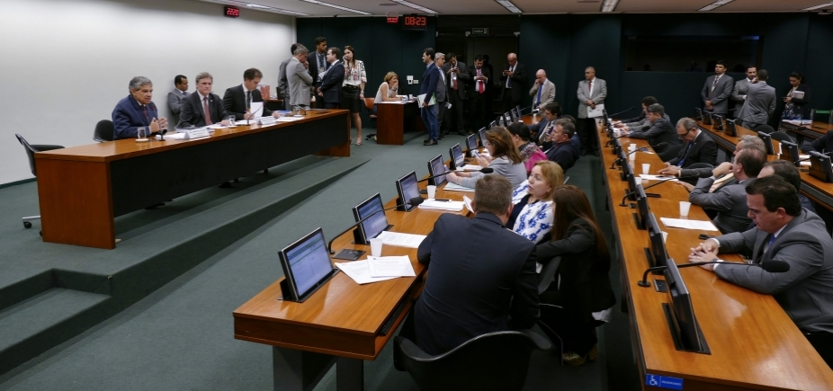 [Com déficit de R$ 159 bilhões, comissão aprova revisão da meta fiscal de 2017 e 2018]