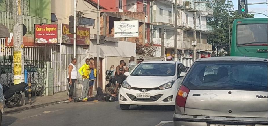 [Acidente deixa motociclista ferido na rua Thomaz Gonzaga, em Pernambués]