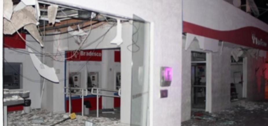 [Homens fortemente armados explodem caixas eletrônicos do Bradesco em Monte Santo]