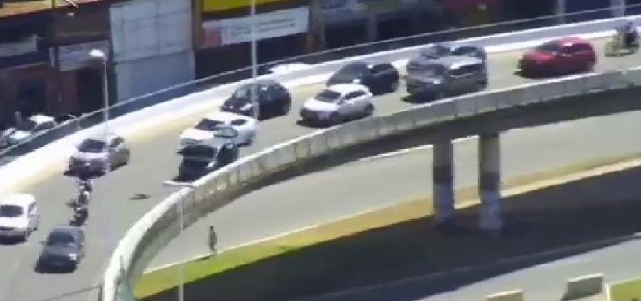 [Carro quebra e gera lentidão no Viaduto Nelson Dahia e Av. Paralela; veja trânsito ]
