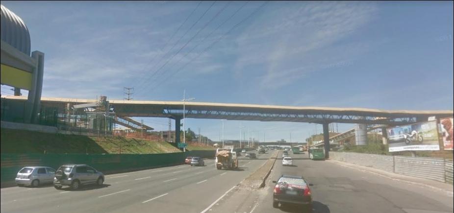 [Trânsito é alterado na Av. Paralela para desmontagem de passarela em Pituaçu]