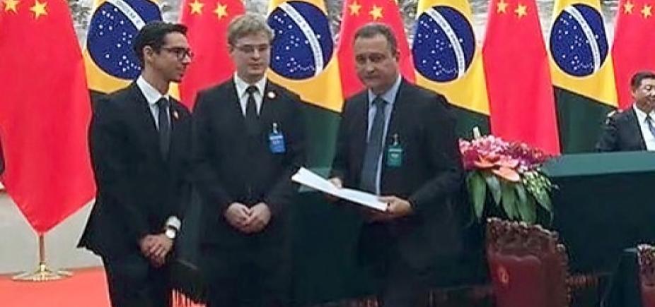[Rui Costa assina memorando com chineses para financiamento do Porto Sul e Fiol]