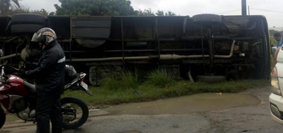 [Três morrem e cerca de 20 pessoas ficam feridas após ônibus tombar no sul do estado]