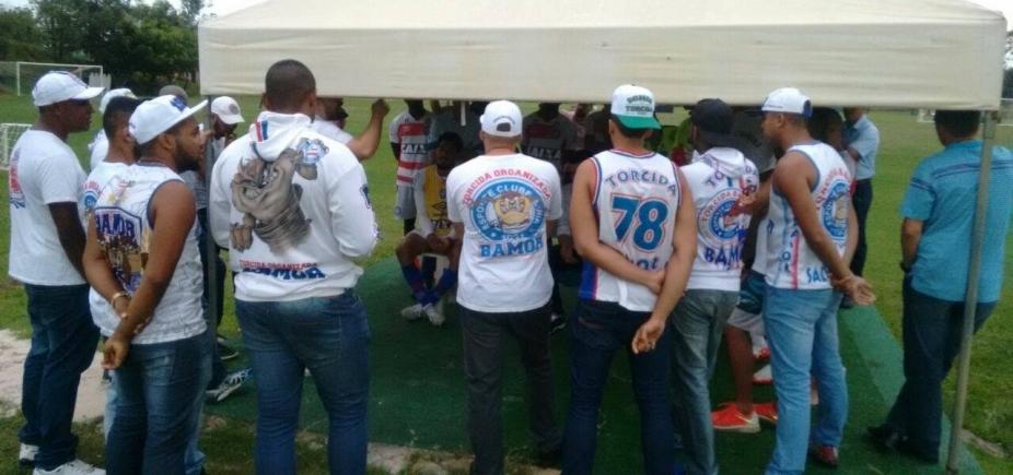 [Membros de torcida organizada do Bahia se reúnem com jogadores para fazer cobranças]
