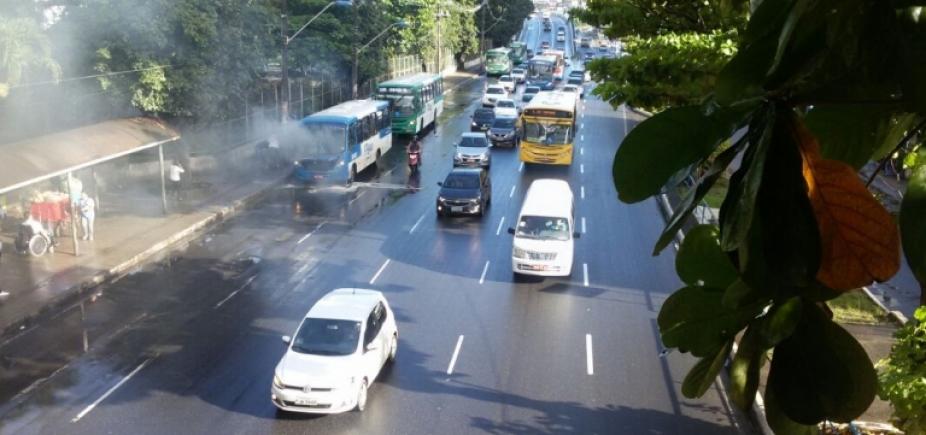 [Trânsito flui sem problemas nas principais vias de Salvador]