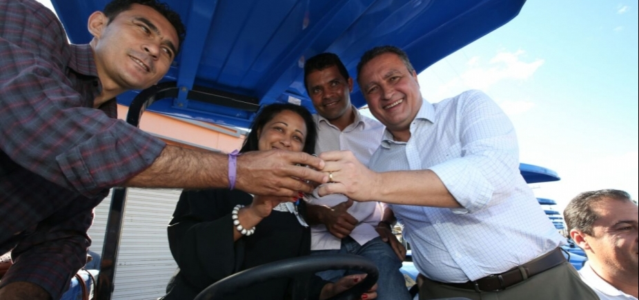 [Em Belo Campo, Rui entrega 15 tratores e firma convênios para beneficiar pequenos agricultores]