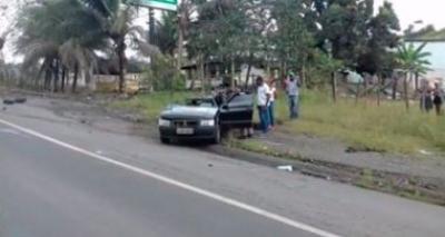 Mulher morre e duas pessoas ficam feridas em colisão entre carro e ônibus na BR-101