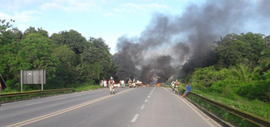 [Manifestantes queimam objetos e bloqueiam BA-524 por falta de água ]