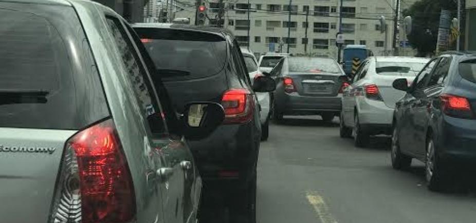 [Trânsito continua intenso nas principais vias da cidade]