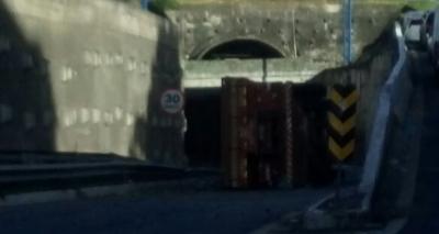 Carreta tomba na entrada do túnel da Via Expressa sentido Porto de Salvador