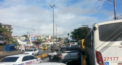 Rompimento de adutora da Embasa causa congestionamento no Ogunjá