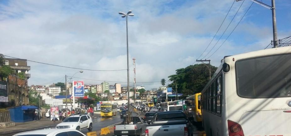 [Rompimento de adutora da Embasa causa congestionamento no Ogunjá ]