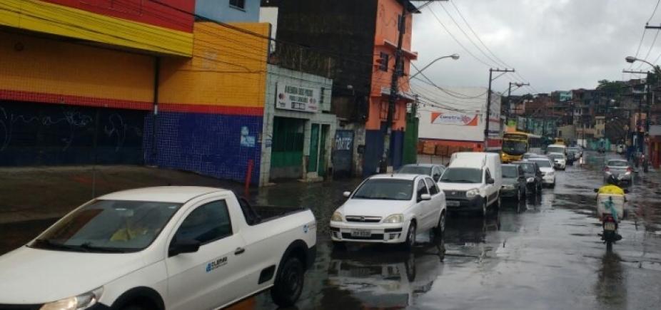 [Fluxo e chuva deixam trânsito lento nas principais vias da cidade]