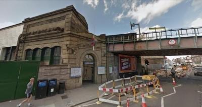 18 passageiros do metrô de Londres sofrem queimaduras após explosão de artefato