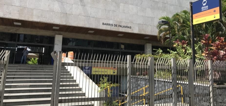 [Biblioteca dos Barris tem estrutura precarizada, funcionários sem receber e desrespeito ao acervo ]