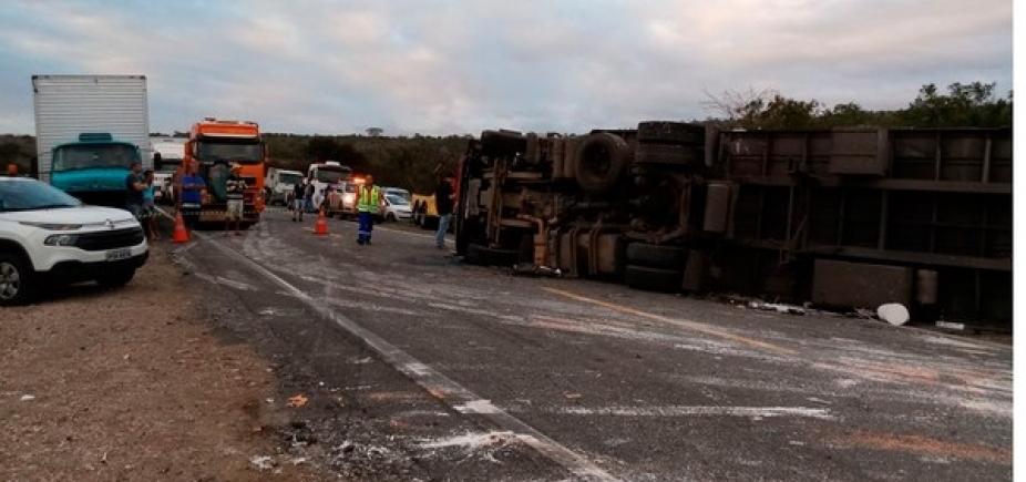 [Colisão entre três carretas deixa um morto na BR-116, em Jaguaquara]