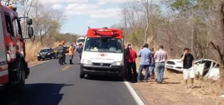 [Carro capota e três pessoas ficam feridas na BR-135, em Barreiras ]