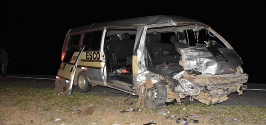 [Colisão entre carro e van deixa dois mortos e outros oito feridos na BR-116, em Conquista]