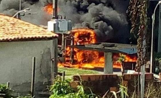 Ônibus é incendiado na Estrada do Derba e polícia desconfia de represália de traficantes
