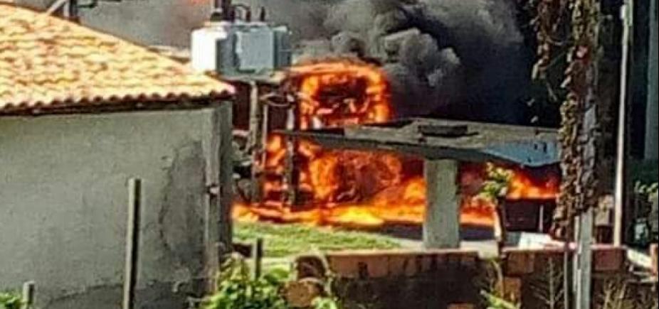 [Ônibus é incendiado na Estrada do Derba e polícia desconfia de represália de traficantes]