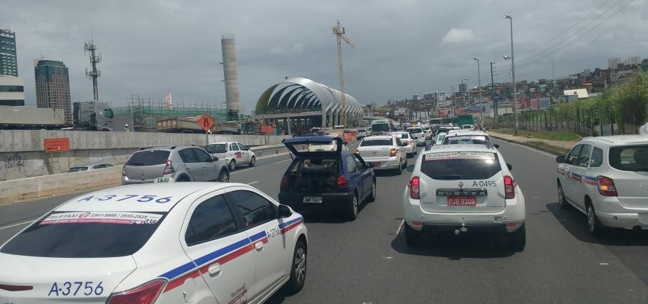 [Taxistas se concentram para sair em carreata da Av. Acm até o CAB]
