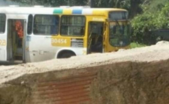 Após veículo incendiado, ônibus voltam a circular no fim de linha da Base Naval
