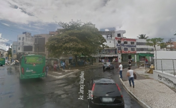 Moradores do Vale das Pedrinhas queimam pneus em protesto e bloqueiam Av. Juracy Magalhães