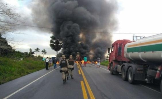 Grupo fecha BR-101 em protesto e gera longo congestionamento no Recôncavo